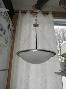 Luminaire suspendu avec gros lobe de couleur argent brossé