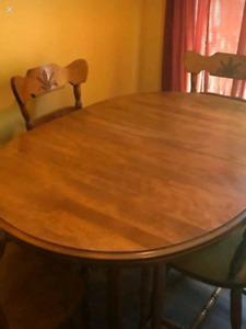Dining table with 2 leafs