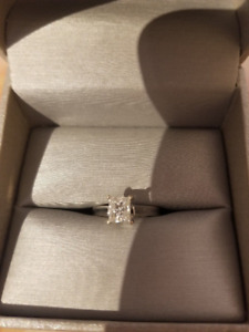 Beautiful 18kt white gold diamond solitaire engagement ring