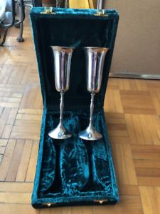 Coupes à vin (2), plaquées argent, achetées chez Excalibur
