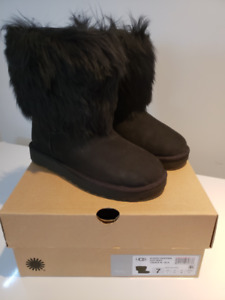 Authentic UGG womens short sheepskin cuff boots US7 NEW