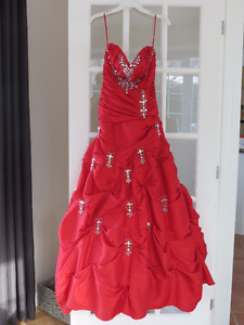 Robe de bal rouge (taille 10)