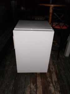 Apartment size<<<< UPRIGHT FREEZER >>>>