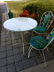 ⭐Fall Sale⭐Lovely vintage 1960s cafe table & 3 chairs.