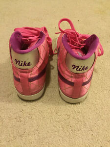 Nike pink sneaker Kitchener / Waterloo Kitchener Area image 3