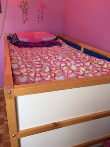 Children's Bunk Beds / Lits superposés + mattresses + linen