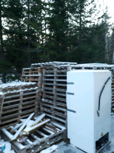 Approx 80 wood pallets