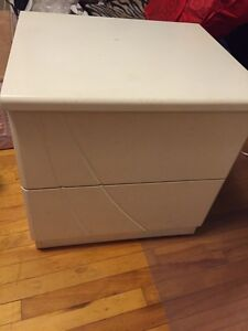 2 white night stands 20$/ table de nut Blanc