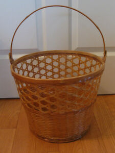 CLASSY ROUND WOVEN BAMBOO VINTAGE HANDLED SEWING BASKET