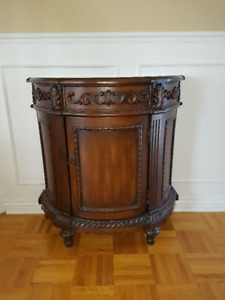 Walnut Accent Table/Table d'appoint noyer