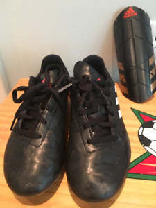 Boys' soccer cleats and guards size 3