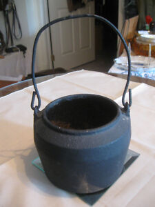 SMALL HEAVY OLD ANTIQUE CAST IRON BALED #20 POT