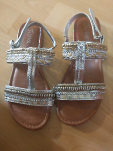 Girl sandals size 4