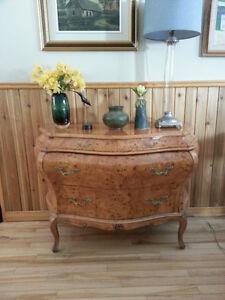 Commode bombée de style Louis XV en bois de ronce