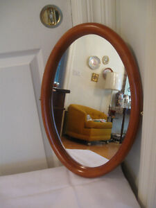 BEAUTIFUL LITTLE WOOD FRAMED OVAL WALL MIRROR..