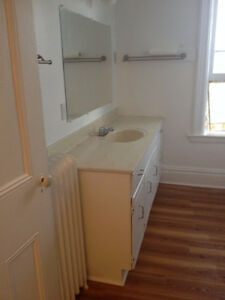 Extremely Large, Spacious, Sunny, Close to Hospital, 3 bdrm apt