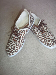 ladies canvas leopard print size 7 sneakers. new cond..6.00