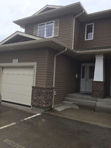 3 Bedroom Executive Townhouse Lakeridge Available May1