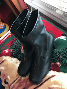 Woman's dress boots size 7, nwot