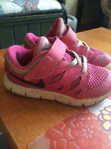 Size 9 pink nike shoes