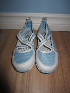 "GIRLS BLUE & WHITE ""B.U.M."" WATER SHOES - SIZE 1 - NEW!"