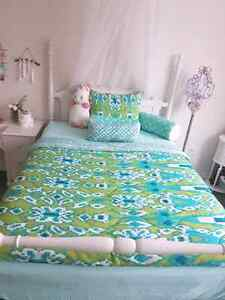 White Double/full poster bed