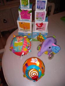 Lot  4 jouets pour enfants de 9 a 18 mois