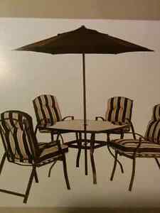 Table patio / 4 chaises / 1 parasol