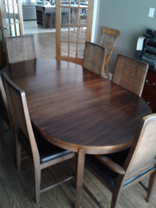Kaufman Furniture Dining room table and 6 chairs