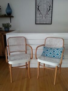 2 chaises , fauteuil vintage 50$ pour les deux Coussin non inclu