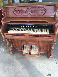 Beautiful Antique New England Pump Organ in excellent condition.