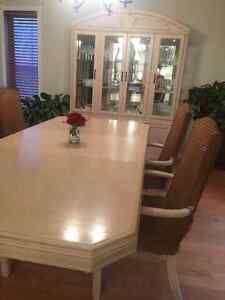 Oak dining table and chairs with glass hutch West Island Greater Montréal image 2