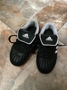Adidas Kids soccer shoe - size 10 Kitchener / Waterloo Kitchener Area image 1