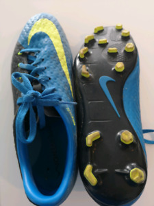Sixe 7.5 nike soccer cleats