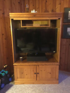 BEAUTIFUL EXCELLENT CONDTION SOLID WOOD DISPLAY CABINET/AMOIRE
