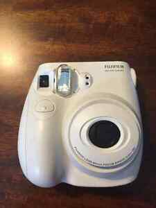 FUJIFILM INSTAX MINI POLAROID CAMERA- PERFECT CONDITION Cambridge Kitchener Area image 1