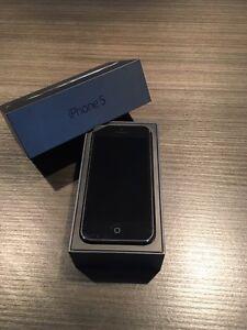 iPhone 5 noir & 5 étuis