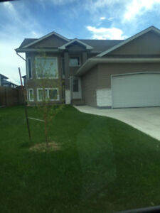 Spacious Rosewood new 3 bedroom/2 bathrooms suite in bilevel hom