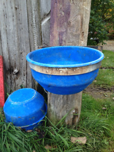 Bols de 14 litres et cerceaux galvanisés pour veaux