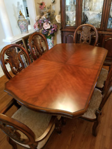 Beautiful Traditional Dining Room Set - Excellent Condition