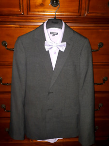 Size G/XL/16/28 Boy's suit and dress shirts. Like new!