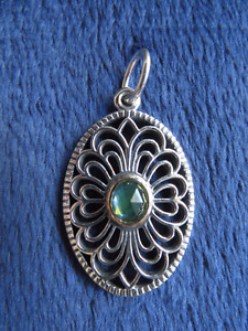 Pandora vintage allure pendant with 14k gold and green spinel
