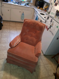 Recliner and chair 15$ each