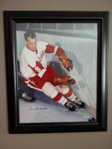 Gordie Howe Signed 16x20 Photo.  PSA/DNA Authenticated