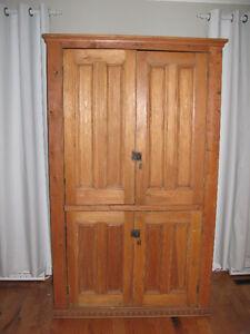 armoire en pin faite de portes antiques de presbytaire