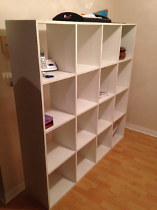WALL-MOUNT BOOKSHELF