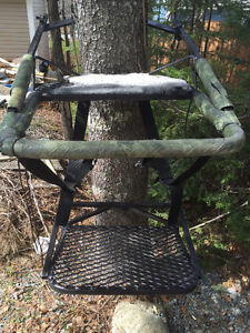 Aluminum self climbing tree stand w/ carrying straps