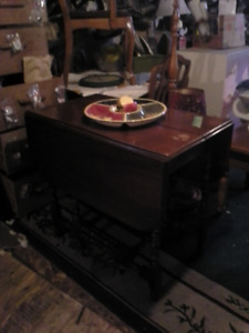 double drop leaf gateleg table with hiden leaf under the middle