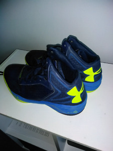 Underarmour Basketball Shoes (Size 7.5)