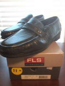 MEN'S FLORSHEIM LEATHER DRESS SHOE -- Size 11 black leather slip